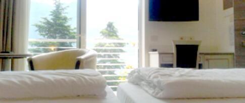 Tweepersoonskamer met balkon en uitzicht op het meer