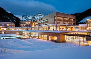 Wellnesstraum in modernem Design und winterlicher Bergkulisse