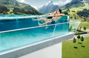 Traumhafter Wellnessurlaub mit gläsernem Skylinepool und Alpenpanorama