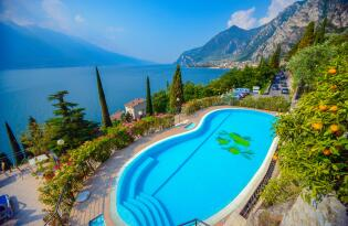 Urlaubsidylle mit Blick auf den Gardasee umrahmt von alpiner Bergkulisse