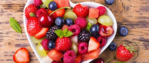 Obst und Pralinen auf dem Zimmer