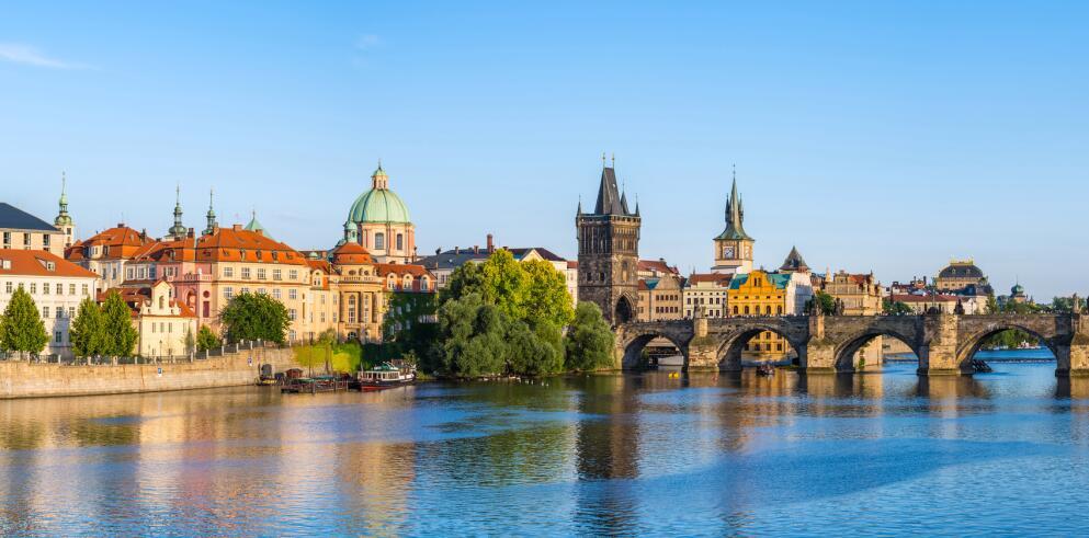 Willkommen in Prag! Besuchen Sie unbedingt die Karlsbrücke, das Wahrzeichen der Goldenen Stadt