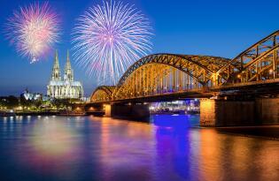 Das farbenfrohe Feuerwerksspektakel zwischen Altstadt und Deutzer Ufer