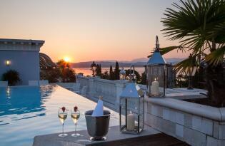 Zauberhaftes Panorama vom Rooftop Pool direkt am Gardasee Ufer