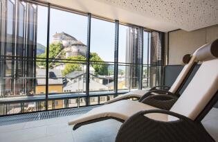 Trendiges Designhotel in Tirol mit Blick auf die beeindruckende Festung