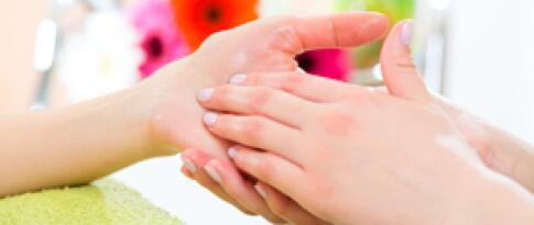 Maniküre Deluxe mit Handbad, Peeling und Massage