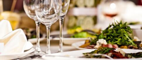 Ein Dinner als 3-Gänge-Menü oder Buffet nach Wahl des Küchenchefs