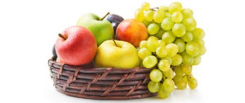 Vitaminbar mit kühlen Softdrinks & frischem Obst