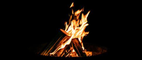 Romantisches Lagerfeuer und Überraschungscocktail