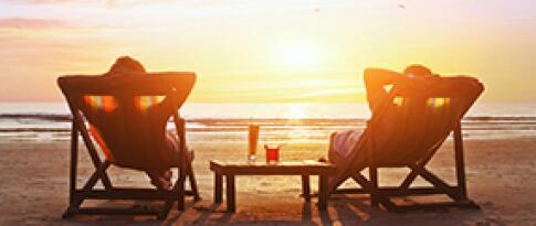 Strandliege und Sonnenschirm