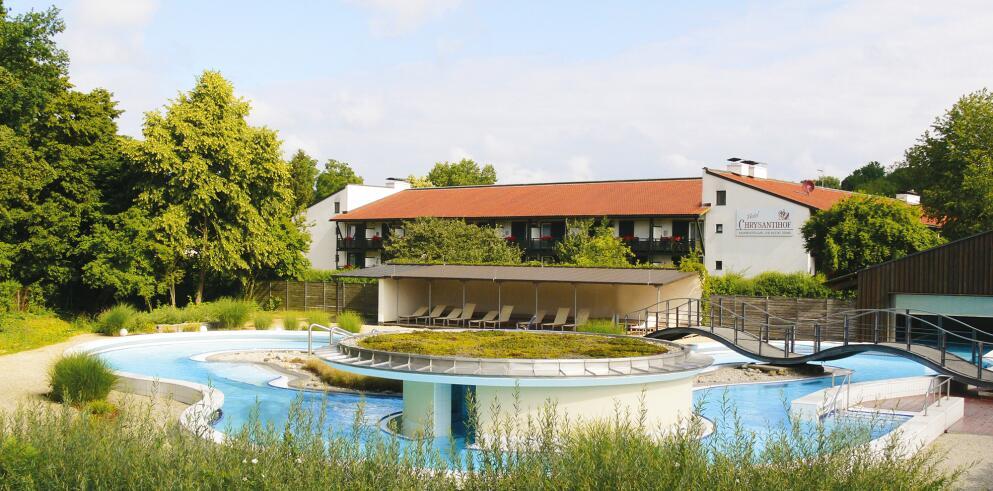 Das Hotel Chrysantihof hat einen eigenen beheizten Bademantelgang zur Rottal Terme
