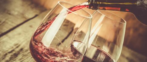 Eine Flasche Wein auf dem Chalet