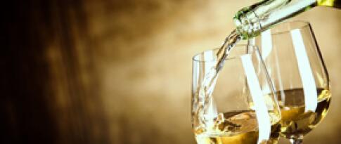 Eine Flasche Weißwein