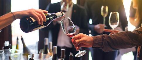 Teilnahme an einer Weinverkostung