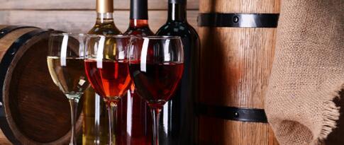 Weinprobe in einem Weinshop in Bibione