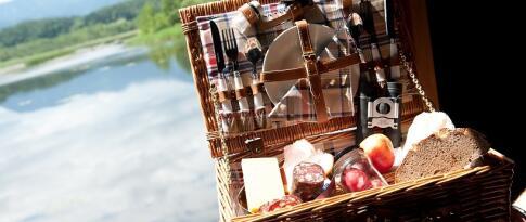 Picknickkorb mit einer Flasche Wein