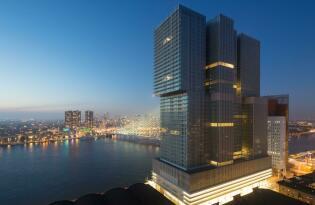 Modernes Hotel in ikonischem Gebäude mit Blick auf die Skyline