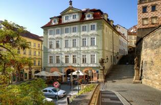 Entdecken Sie den charmanten Stadtteil Kleinseite über den Dächern der Altstadt