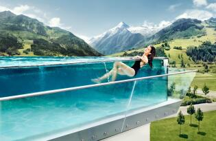 Wellnessurlaub exklusiv im gläsernen Skylinepool und Panorama Saunen